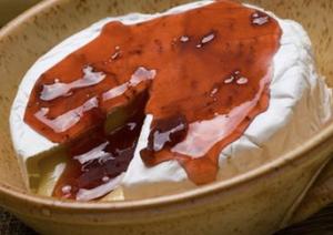 Camembert con mermelada de fresa, antes de dividir en porciones