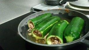 Cocinando los calabacines rellenos de carne y almendras