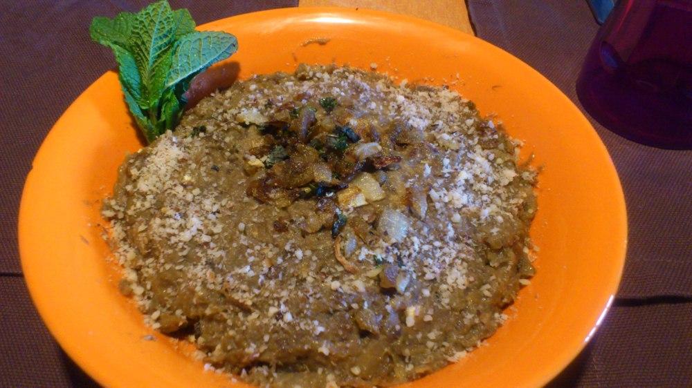 Aperitivo iraní a base de berenjena, queso y nueces (kashke bademjan)