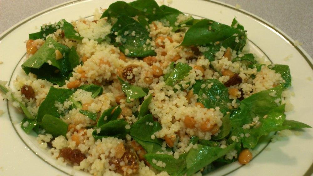 Ensalada de semola de trigo, lentejas, espinacas y frutos secos. ¡Deliciosa y completa!