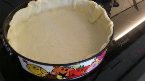 Colocar la masa en el molde y precalentarla 5 minutos en el horno