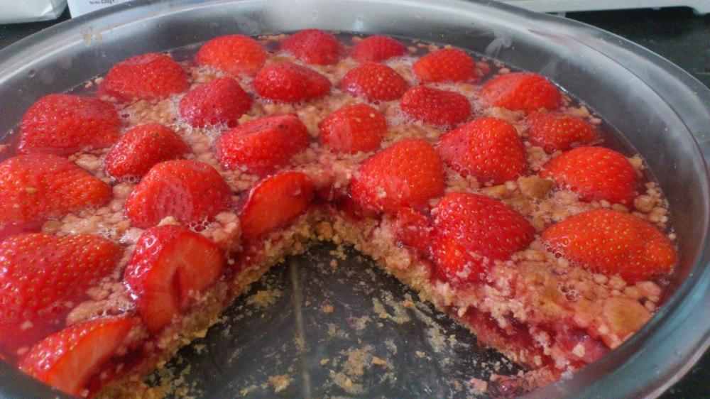 Tarta de gelatina, fresas y galletas
