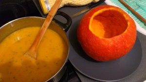 Hora de verter la fondue en el caparazón de la calabaza :-)