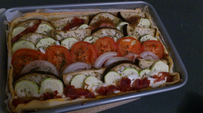 Tarta de berenjena, calabacín, tomate, cebolla, queso de cabra y jamón ibérico crujiente al toque de tomillo :)
