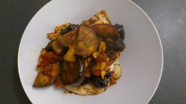 Pechugas de pollo con ciruelas, manzana, berenjena, tomate y frutos secos