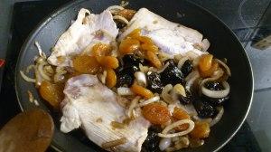 Añadir las pechugas de pollo y los frutos secos que hayas elegido