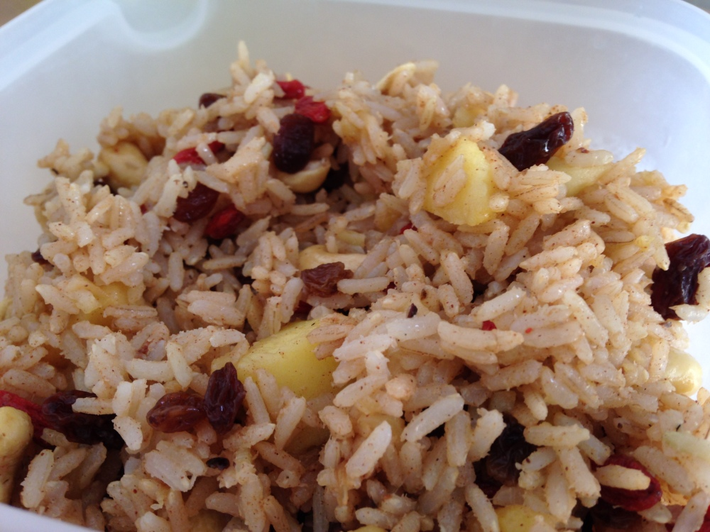 Enslada de arroz integral con manzana, pasas, canela, bayas de goji, anacardos y jengibre