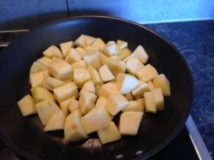 Manzana cocinándose con mantequilla
