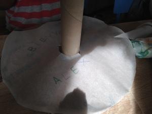 Base para el pastel añadiéndole un mensajito sorpresa a los nuevos papis... :-)