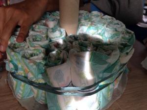 Colocar un primer piso de pañales y apretarlos con una cinta de regalo