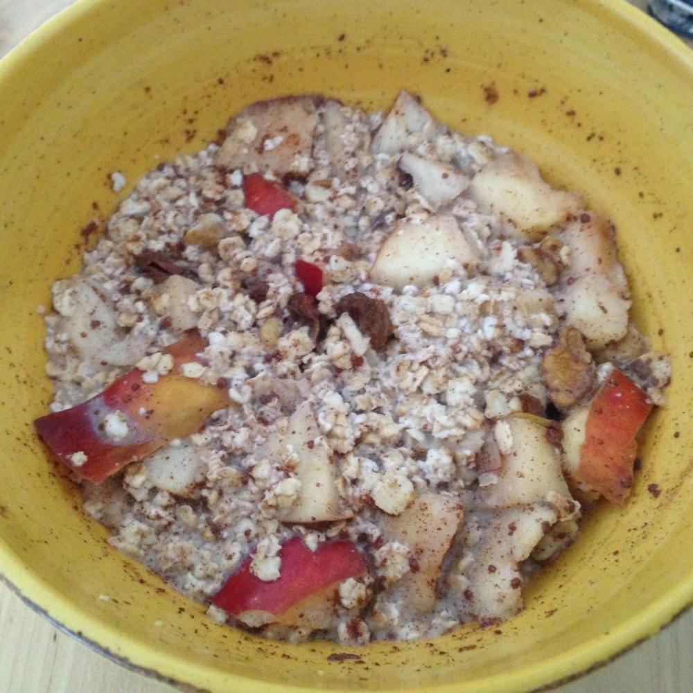 Desayuno con avena, canela, manzana, frutos secos y leche de soja