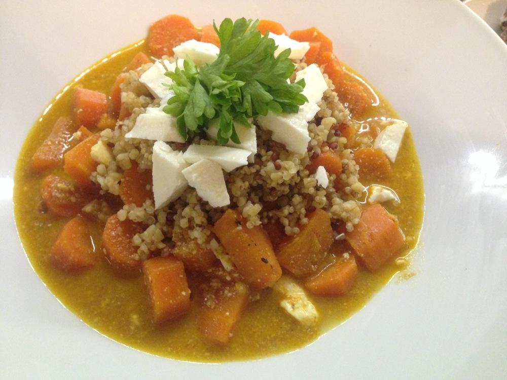 Deliciosa y sabrosa sopa de zanahoria, quinoa, feta, limón y especies