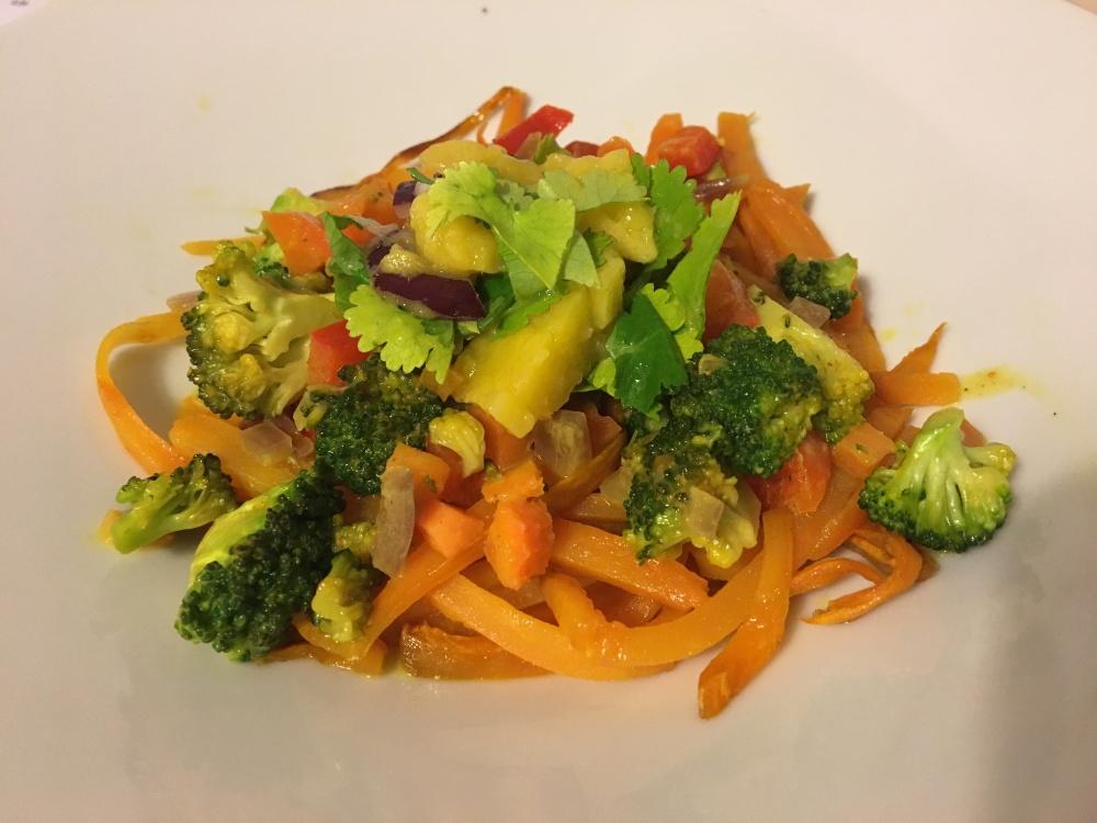 Espaguetis veganos de boniato con curry de coco y mango - Nutriendo cuerpo y alma con amor