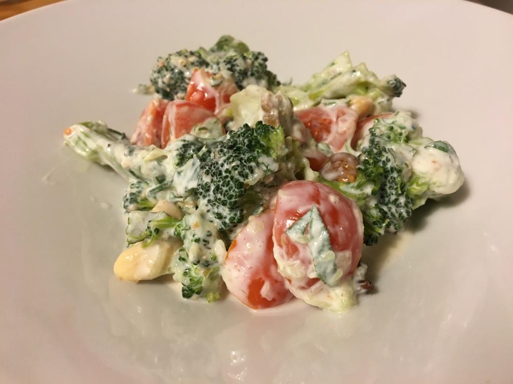 Receta vegetariana brocoli y cherries en salsa de yogur, pepino, menta y limón